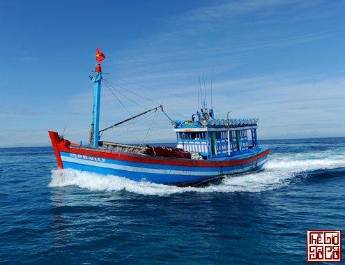 Tàu cá của ngư dân Quảng Ngãi đánh bắt thủy sản ở vùng biển Hoàng Sa_Thegioidoco.net.jpg