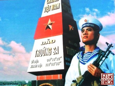 Các chiến sĩ ở đảo Trường Sa luôn chắc cây súng để bảo vệ Tổ quốc_Thegioidoco.net.JPG